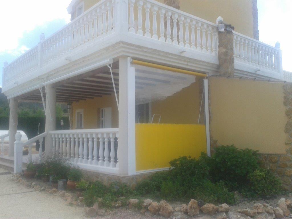 Toldo amarillo de punto recto en Castalla (Alicante)