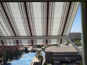 Vista desde la terraza con un toldo automático instalado por Toldos Dimalux en una vivienda de la Playa de San Juan en Alicante