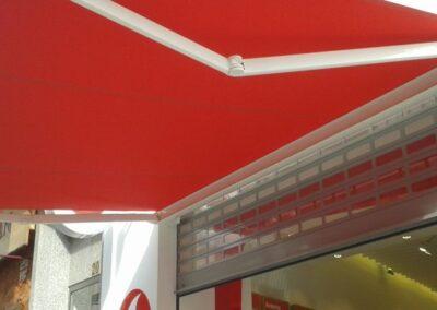 Toldo Alicante con cofre y brazos invisibles en la tienda Vodafone Maisonnave