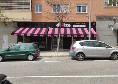 Lona personalizada de toldos en cafetería Doolze del Pau2 de Alicante