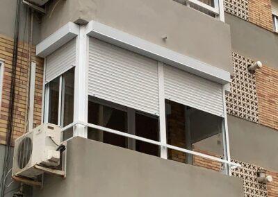 Instalación de persianas en cerramiento existente y sustitución de barandilla en vivienda de Alicante